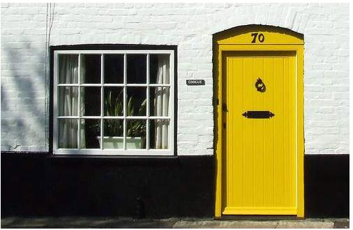 pintu berwarna kuning