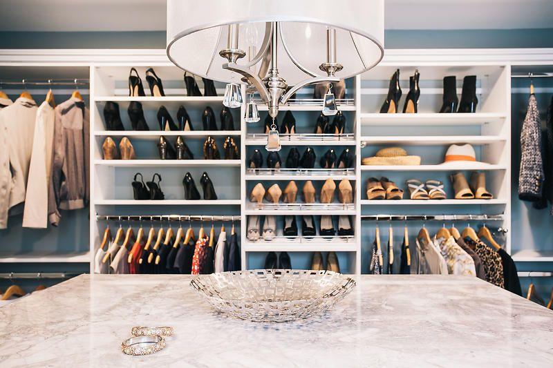 sepatu di walk in closet