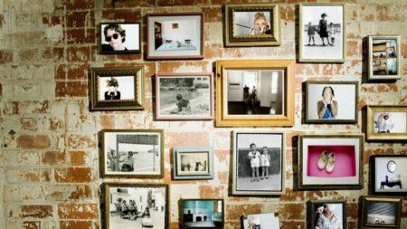 menata kolase foto di rumah