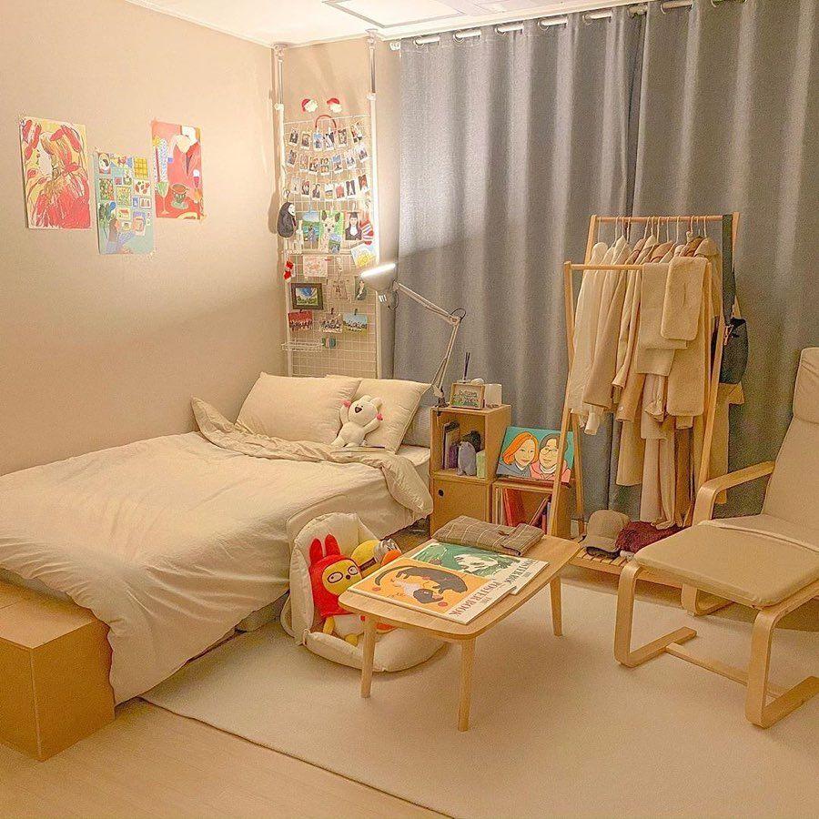 Inspirasi desain kamar dari drama Korea dengan rak baju gantung
