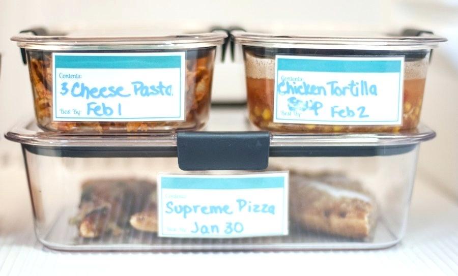 kotak makan plastik sebagai kontainer barang di kulkas