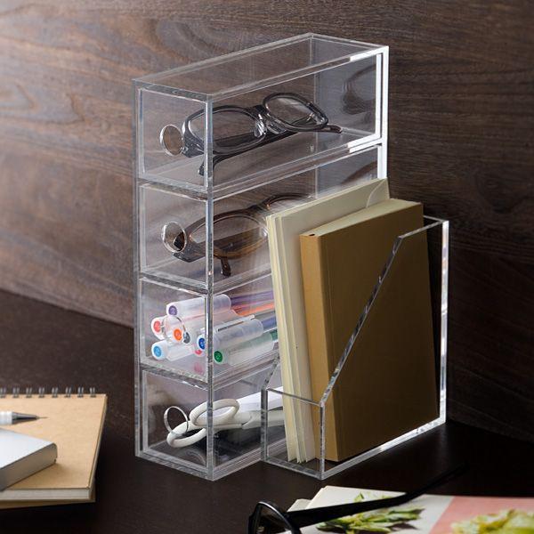 Kontainer bening untuk pena, kacamata, dan gunting di meja kantor