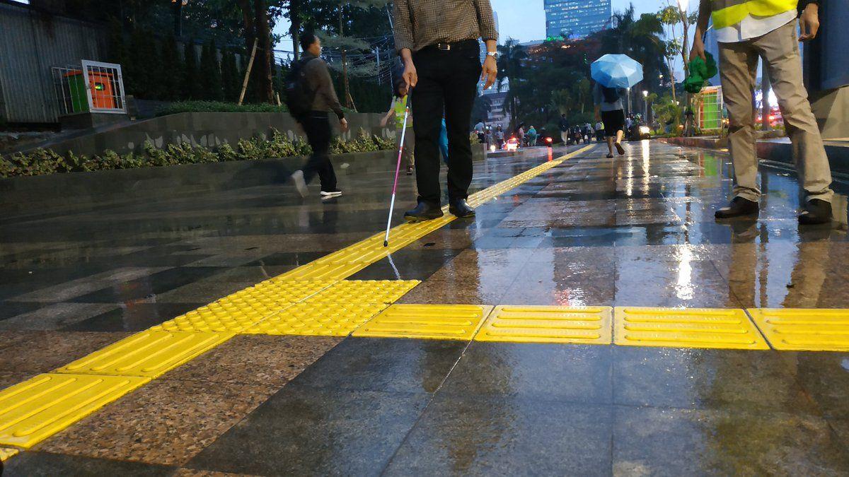 fasilitas ramah difabel disabilitas - guiding block jalur kuning