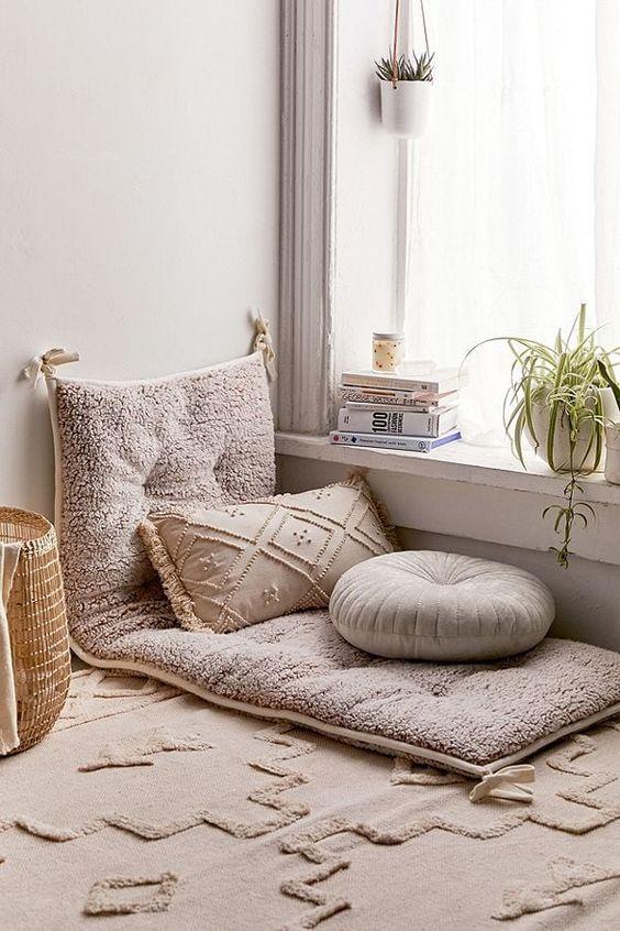 Area lesehan cozy di sudut rumah