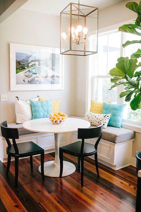 Meja makan mungil di sudut rumah