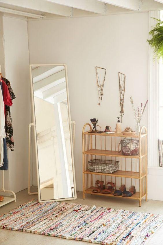 Standing mirror di sudut rumah