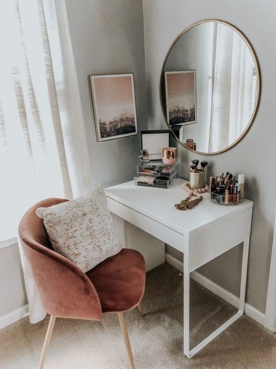 Meja rias di sudut rumah