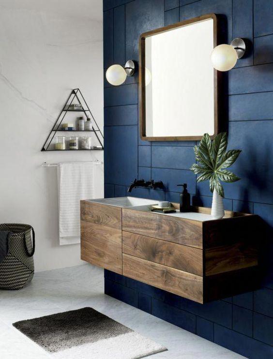 ruangan navy blue di kamar mandi