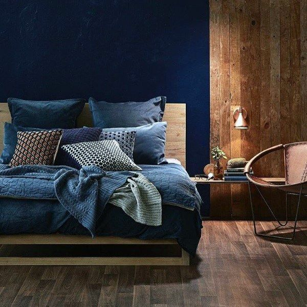 ruangan navy blue dengan kombinasi cokelat