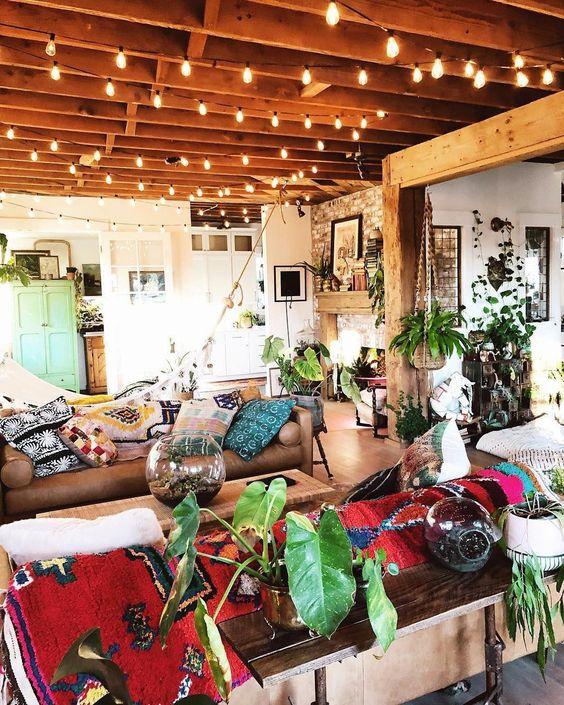 ruang tamu rustik dengan tanaman
