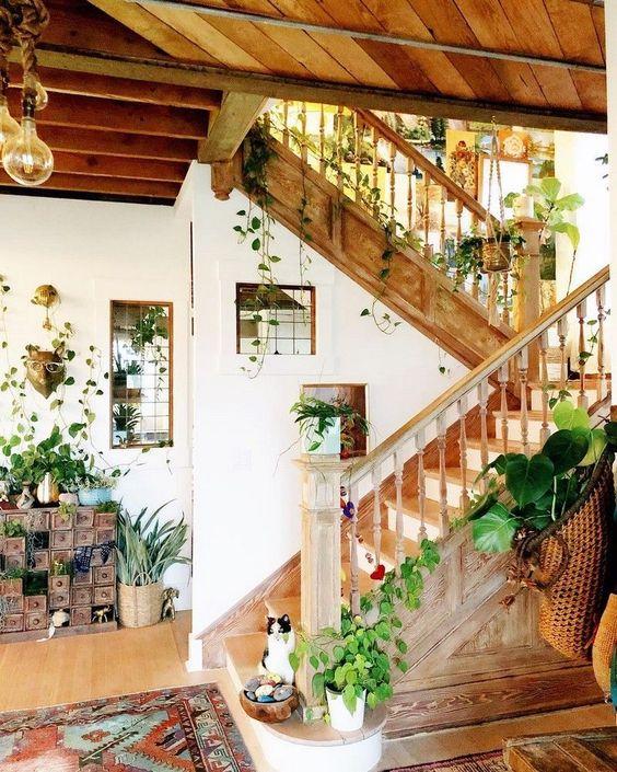 dekorasi rumah dengan tanaman di tangga