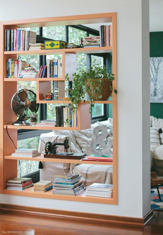 inspirasi desain sekat ruang rak buku di tembok