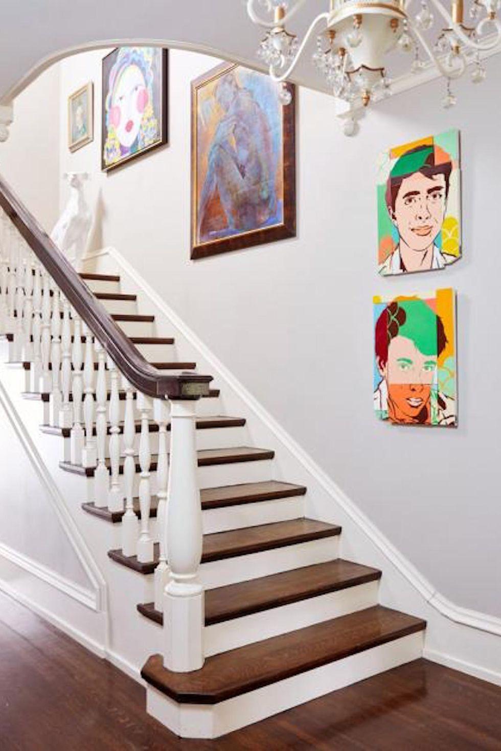 galeri lukisan di tangga