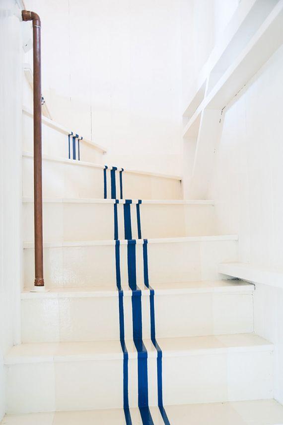tips mempercantik area tangga dengan stiker stripes