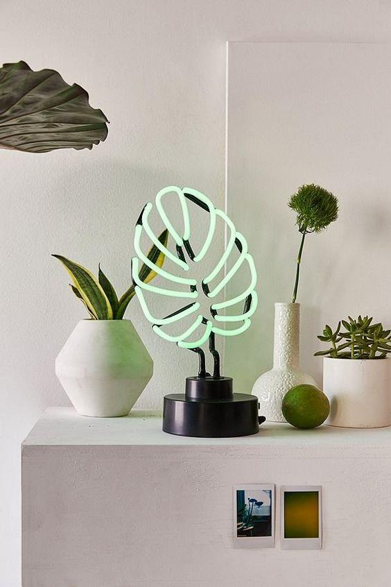 Desain lampu neon monstera ini akan memberikan aksen warna di ruang tamu minimalis