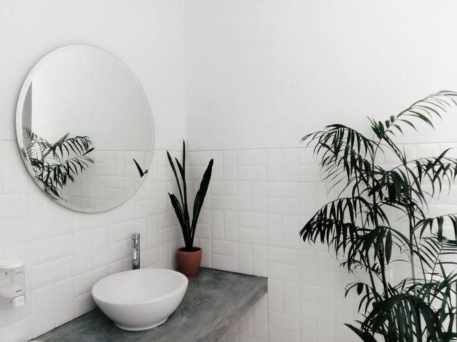 kesalahan dalam desain kamar mandi - posisi cermin di kamar mandi