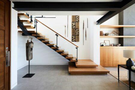 10 dekorasi area tangga di rumah biar menarik dan estetik