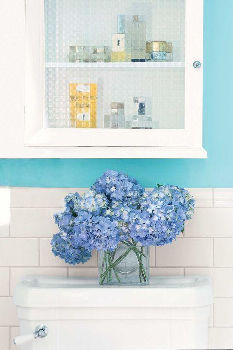 Bunga hydrengia biru sebagai sentuhan biru