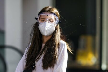 Mengatasi jerawat karena pemakaian masker