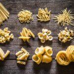 Memilih berbagai bentuk pasta