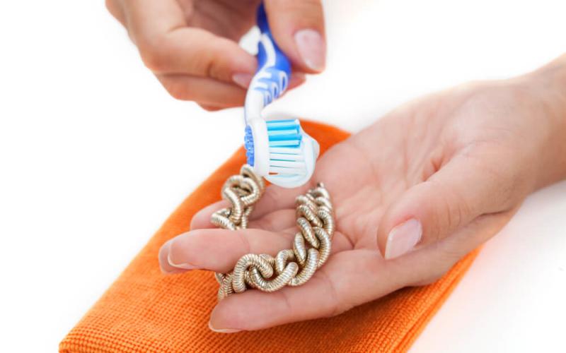 manfaat pasta gigi bersihkan perhiasan