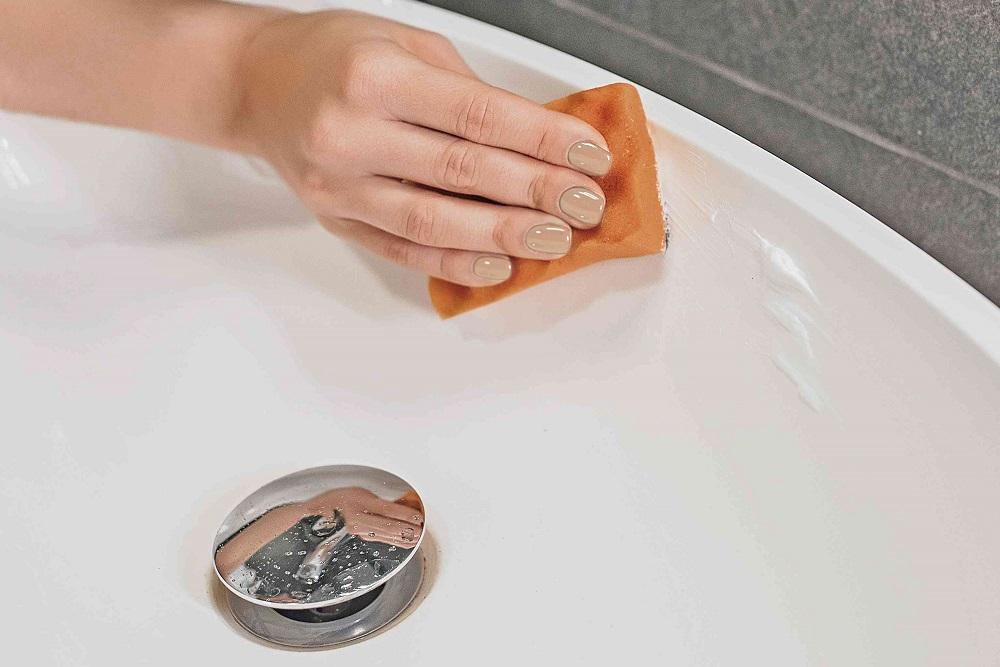 membersihkan kamar mandi dengan pasta gigi