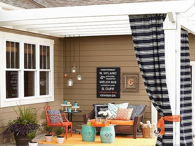 ruang tamu outdoor di teras rumah
