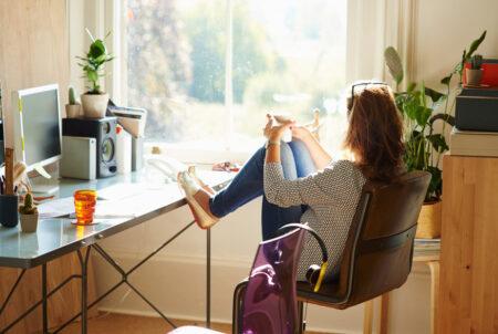 Inspirasi Home Office Menghadap Jendela
